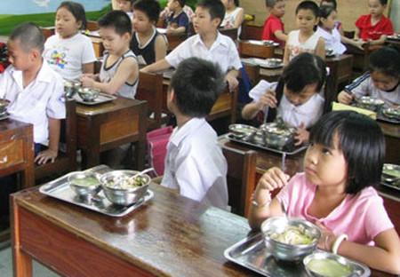 Các cháu đang ăn trưa tại Trường Tân Lập 1.