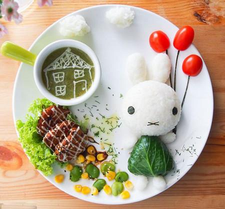 Một sáng tạo khác về chú thỏ Mifffy khi cô mặc một chiếc áo xanh lá cây bằng cải xoăn và mang chùm bong bóng cà chua.
