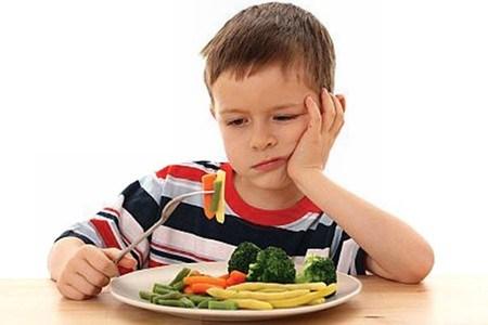 Trẻ có biểu hiện kém ăn, gầy ốm, xanh xao khi nhiễm nhiều giun sán