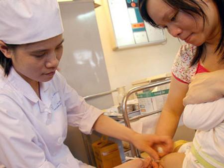 Tiêm vắc-xin Quinvaxem được tiếp tục từ tháng 10 sau 5 tháng tạm ngưng