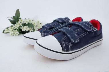 Chân trẻ bị biến dạng nếu không đi giày phù hợp.