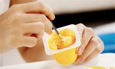 Váng sữa không phải là thực phẩm độc hại nhưng không hề tốt cho trẻ khi ăn quá nhiều.