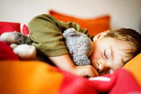 Bé thường vùng chạy ra đường khi đang ngủ trưa là bị gì?