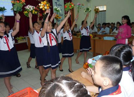 Tiết học hát kết hợp vận động phụ họa bài Lý cây bông - dân ca Nam bộ của học sinh lớp 5 Trường tiểu học Trần Hưng Đạo