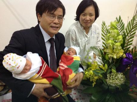 Bác sĩ Vệ, người thực hiện ca thụ tinh trong ống nghiệm hy hữu, tới chúc mừng mẹ con chị Dung. Ảnh: Bệnh viện cung cấp.