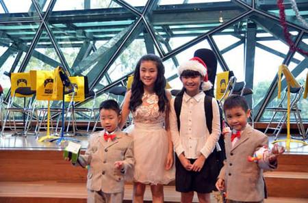 Các bạn nhỏ bên Úc rất thích chụp hình chung với Nhật Minh và Quốc Thái
