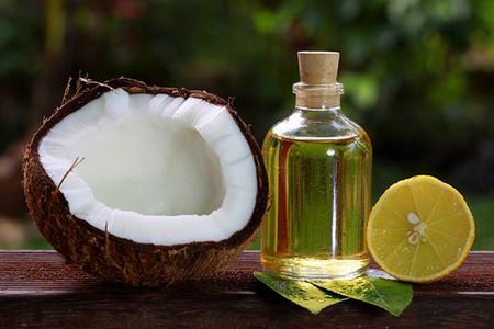 Khi trời hanh khô, chỉ cần thêm 1-2 giọt dầu dừa vào chậu nước tắm của bé để dưỡng ẩm làn da.