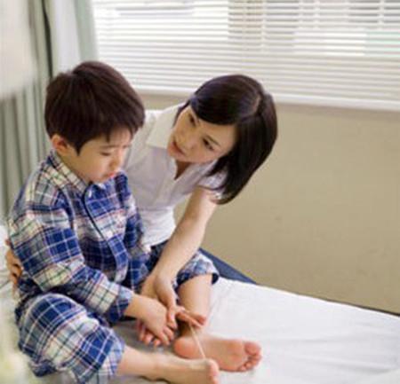 Cha mẹ cần quan tâm chăm sóc, chú ý những dấu hiệu nghi ngờ tự kỷ để đưa con đi khám và điều trị sớm.