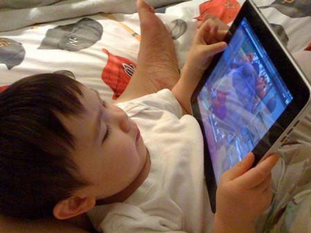 Một em bé 10 tháng tuổi có thể sử dụng chiếc iphone, ipad.