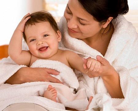 Để phòng bệnh da cho bé, cần tránh gió, tránh lạnh, tránh ra ngoài đường.