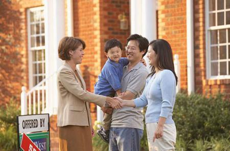 """Trẻ biết lịch sự khi có khách đến nhà sẽ khiến bố mẹ """"nở mày nở mặt"""" vì con ngoan"""