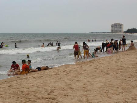 Nhiều trường học kết hợp với công ty du lịch tổ chức đưa học sinh đi tắm biển.