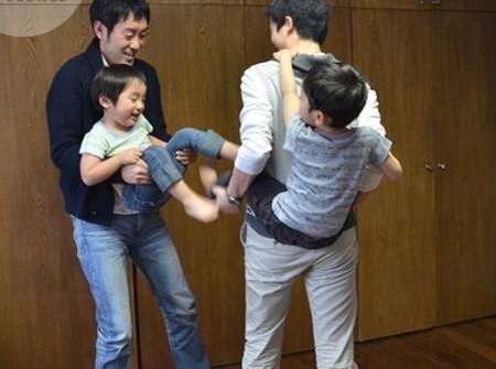 Hai anh em Haruki-kun và Tatsuki-kun chơi với nhau.
