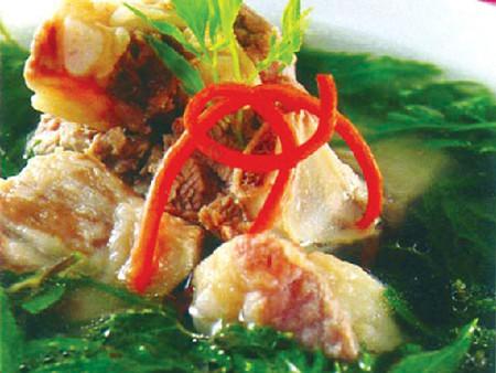 Lá đinh lăng tươi nấu thịt là món ăn giúp tăng tiết sữa.