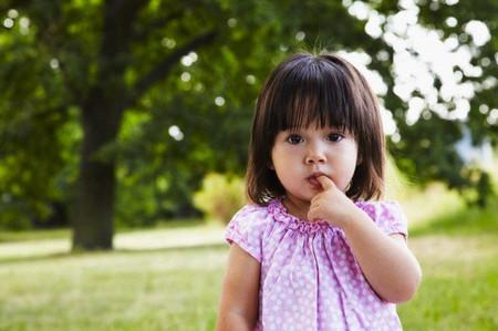 Không phải biểu hiện nhút nhát nào ở bé cũng khiến cha mẹ đáng lo.