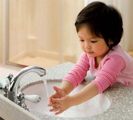 Để tránh trẻ bị nhiễm giun, phụ huynh chú ý môi trường sạch sẽ, không cho trẻ tiếp xúc với đất cát, không để trẻ mút hay ngậm tay
