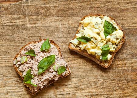 Đây là món Sandwich kết hợp với cá ngừ, trứng luộc và sốt mayonnaise và một số gia vị khác.