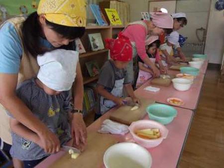 Trẻ em Nhật học nấu ăn.