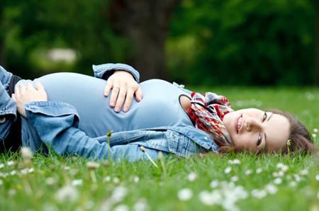 Thư giãn giữa thiên nhiên và lắng nghe, cảm nhận từng cử động nhỏ của con yêu là niềm hạnh phúc vô bờ không chỉ với mẹ mà còn với cả bé nữa đấy.