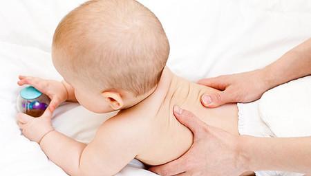 Mát-xa nhẹ nhàng ở lưng, bụng, cánh tay và chân bé được cho là hỗ trợ cho việc tiêu hóa của trẻ cũng như giúp bé dễ ngủ hơn.