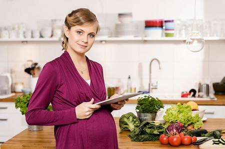 Dinh dưỡng là một yếu tố quan trọng trong thai kỳ giúp cho sự phát triển hoàn thiện của bé.