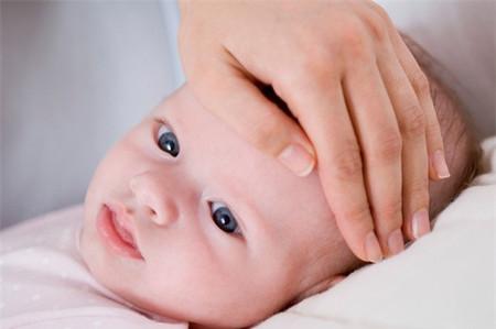 Triệu chứng khi trẻ bị cúm là nhức đầu, đau cơ, mệt mỏi, nóng sốt, đau họng và ho, kèm theo buồn nôn, kéo dài khoảng 2 tuần...