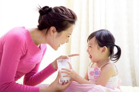 """TS.BS.Phan Bích Nga (Viện Dinh dưỡng QG) trả lời quan niệm trẻ trên 1 tuổi chỉ cần ăn ngày 3 bữa cơm/cháo.  Trao đổi với chúng tôi, TS.BS. Phan Bích Nga (Phó Trưởng Trung tâm khám tư vấn trẻ em –Viện Dinh dưỡng Quốc gia) cho biết:  """"Sữa là loại thực phẩm được đánh giá có thành phần, công thức hóa học hoàn hảo nhất đối với hệ tiêu hóa, đáp ứng nhu cầu phát triển, đặc biệt là trẻ nhỏ. Trước đây, kinh tế khó khăn, trẻ lúc nhỏ được bú mẹ nhưng sau khi cai sữa thì không có điều kiện dùng sữa công thức hay chế phẩm của sữa nữa, ở những người này khi kinh tế phát triển hơn, trải qua nhiều năm không dùng sữa nên cơ thể đã bị mất men lactose để tiêu hóa đường lactose trong sữa nên bổ sung sữa sẽ rất khó hấp thụ. Để tránh tình trạng này, trẻ sau khi cai sữa mẹ vẫn rất nên tiếp tục bổ sung sữa và chế phẩm để đảm bảo phát triển tốt cho cơ thể và duy trì được men tiêu hóa sữa"""". Trên 1 tuổi vẫn cần 300-500ml sữa/ngày 1   Trước đây, kinh tế khó khăn, trẻ lúc nhỏ được bú mẹ nhưng sau khi cai sữa thì không có điều kiện dùng sữa công thức hay chế phẩm của sữa nữa (ảnh minh họa)  Theo TS. Phan Bích Nga, các chuyên gia dinh dưỡng trên thế giới và Việt Nam khuyến nghị nên cho trẻ tiếp tục uống sữa sau khi đã cai sữa mẹ. Trong sữa, hàm lượng canxi và các yếu tố vi khoáng cao so với các loại thực phẩm khác, rất dễ hấp thu, hữu ích với giai đoạn phát triển của trẻ. Kể cả với người trưởng thành nếu tiếp tục dùng sữa cũng rất tốt. Ở Việt Nam xếp 4 nhóm thực phẩm, còn tại các nước phương Tây xếp 5 nhóm thực phẩm. Trong đó, sữa và chế phẩm sữa được xếp riêng một nhóm do tầm quan trọng của sữa đối với sức khỏe.  Với câu hỏi của độc giả khi cho con ăn 3 bữa cơm, uống 1 hộp sữa tươi có phải là quá ít? TS Nga cho rằng: """"Không thể nói là quá ít hay không, bởi nếu 3 bữa cơm mà trẻ ăn tốt, ăn đa dạng thực phẩm thì vẫn đảm bảo được năng lượng và dưỡng chất cần. Tuy nhiên, nếu uống 1 hộp sữa tươi/ngày thì theo khuyến nghị bổ sung sữa và chế phẩm sữa (trung bình 300ml/ngày) như vậy là quá ít. Vì, mỗi hộ"""