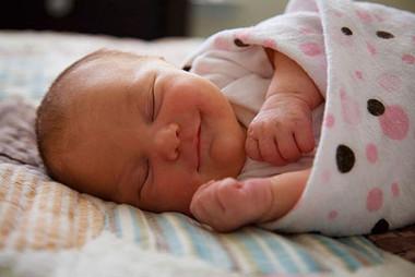 Để trẻ ngủ ngon ban đêm mẹ cần lưu ý về nhiệt độ phòng.