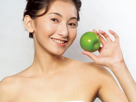 Ăn táo giúp làm sạch răng.