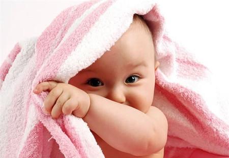 Giữ ấm cho trẻ bằng nhiệt của bản thân là tốt nhất.