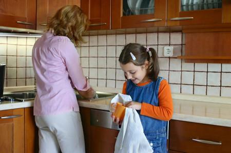 Hãy để con bạn tự mang bát đĩa của mình đến bồn rửa sau khi bé ăn xong.