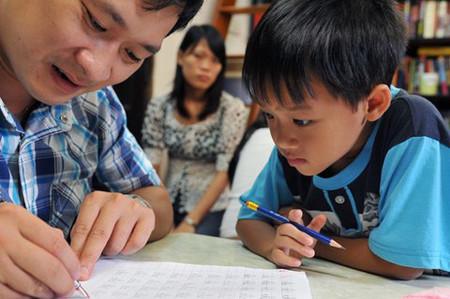 Theo PGS Nguyễn Hữu Hợp, trẻ em tay còn yếu mềm, hệ thần kinh chưa vững, viết nắn nót là một công việc khó khăn, khổ ải đối với các em.