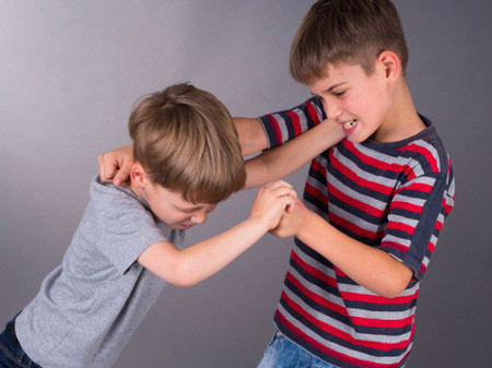 Khi con tranh giành, đánh chửi nhau... mẹ đừng chỉ biết dọa suông