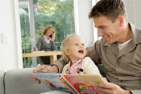 Thói quen đọc sách của cha mẹ ảnh hưởng rất nhiều đến con cái.
