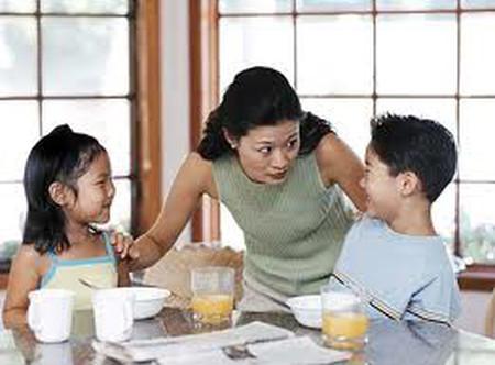 """Nếu bạn tâm sự với con bạn một bí mật, chẳng khác gì bạn bảo bọn trẻ hét lên với cả thế giới rằng: """"Mẹ cháu có bí mật như thế này này...""""."""