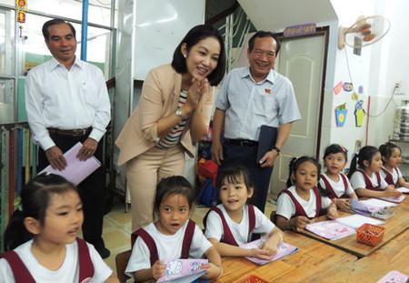 Đoàn giám sát Hội đồng Nhân dân TPHCM thăm trường mầm non ngoài công lập Phượng Hoàng, quận Bình Tân.