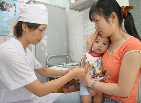 Sau khi cho bé đi tiêm chủng, cha mẹ cần đặc biệt lưu ý