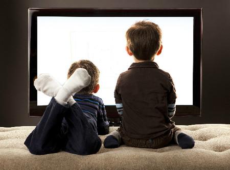 Xem tivi quá nhiều làm giảm khả năng ngôn ngữ và kỹ năng toán học của trẻ