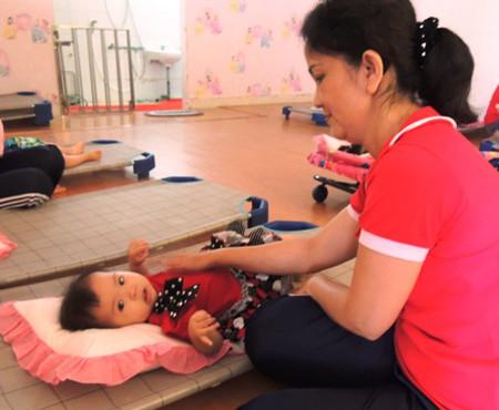 Giáo viên Trường mầm non Nam Long, Q.7, TPHCM chăm sóc trẻ từ 6 tháng tuổi.