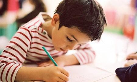Điều quan trọng nhất với trẻ khi tập viết là cầm bút và ngồi viết đúng tư thế.