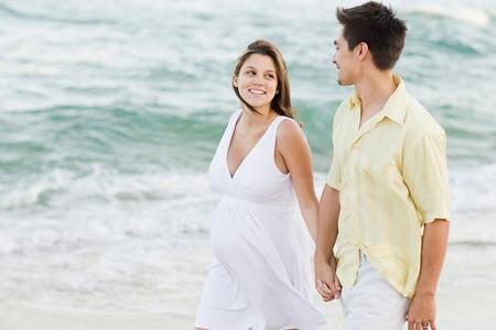 Khi có bầu, chị em nên đi bộ thường xuyên để rèn luyện sức khỏe và thư giãn