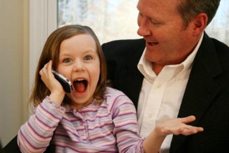 Giao tiếp qua điện thoại là kỹ năng sống trẻ cần học.