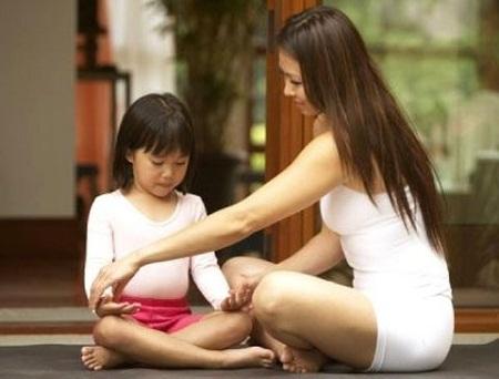 """Chỉ rõ cho trẻ biết đâu là bộ phận """"nhạy cảm"""" trên cơ thể, giúp con tránh bị xâm hại."""