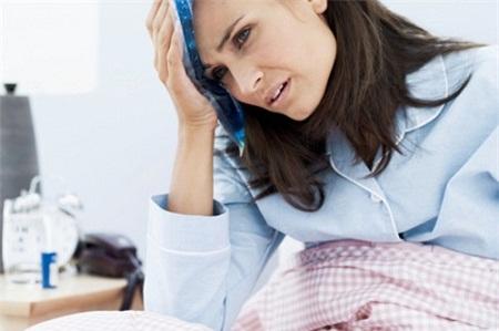 Sản phụ sau khi sinh nếu có dấu hiệu sức khỏe bất thường cần đến bệnh viện kiểm tra tránh những hậu quả khôn lường do nhiễm khuẩn sau sinh.