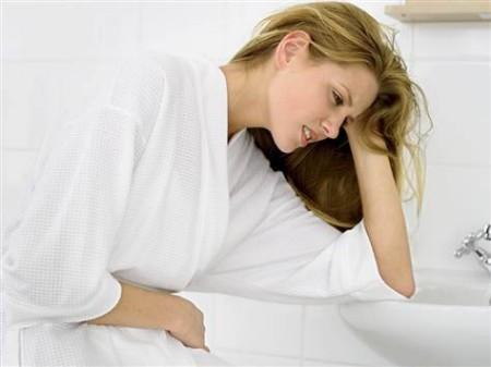 Rất nhiều chị em có những triệu chứng khó chịu trước kì kinh nguyệt như bụng dưới hơi căng tức, bụng đau lâm ram, lưng mỏi.