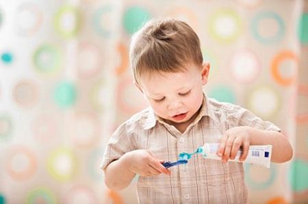 Khi lựa chọn các loại bàn chải đánh răng cho bé, bạn nên hướng sự lưu ý của mình tới đầu của bàn chải đánh răng.