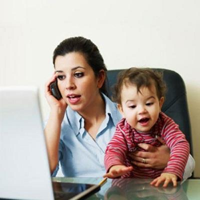 Trẻ tìm cách gây chú ý vì người lớn mê mải điện thoại