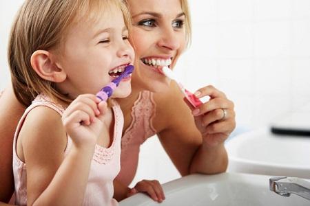 Hãy cùng với trẻ tạo nên những thói quen tốt về vấn đề vệ sinh răng miệng để tránh đi những trường hợp đáng tiếc có thể xảy ra.