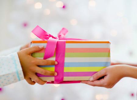 Để mua được 1 món quà 'tươm tất' cho con tặng cô giáo, mẹ sẽ phải cắt xén chi tiêu rất nhiều.