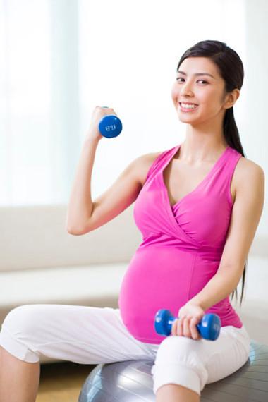 Tập thể thao giúp mẹ bầu bớt đau lưng.
